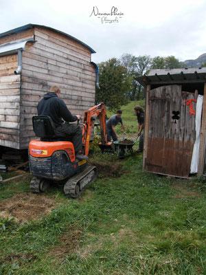 02/2011 - Objectif : autonomie maximale au niveau de l'eau et de l'électricité. 1ère étape : installation d'une cuve de récupération d'eau de pluie entre la roulotte et les toilettes sèches, avec l'aide de Paul et de Bastien.