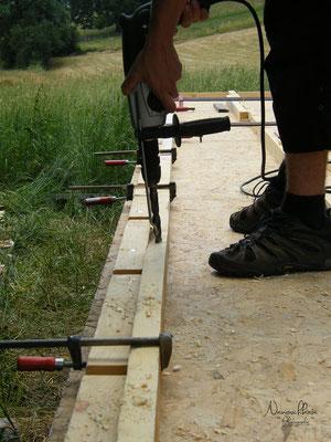 Place ensuite à l'ossature du bois, au niveau du plancher.