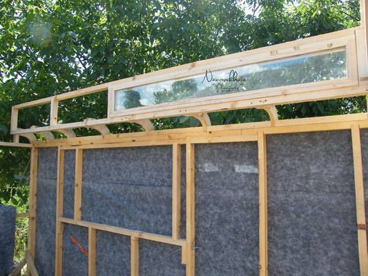 Installation des quarts de rond, des bandeaux vitrés et du pare-pluie.