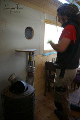 10/2009 - Installation du poêle à bois (Turbo, largement surdimensionné pour le volume à chauffer, mais c'était un prêt). Le mur n'est pas lambrissé dans cette zone, mais couvert de Fermacell puis enduit à l'argile..