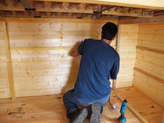 09/2009 - Création de rangements sous le lit, tout au fond de la roulotte.