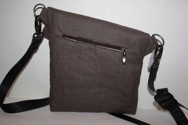 Rückseite der Tasche .. hier eine zusätzlich gearbeitete Reissverschluss-Einstecktasche