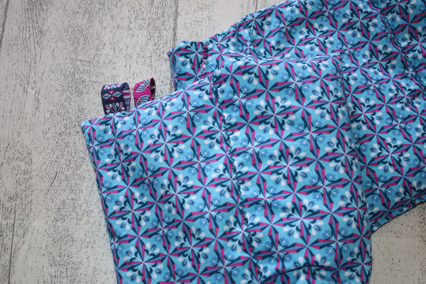 Design/Farbe: Bloomy Diamonds blau - Zick-Zack-Naht in versch. Farben - Webband: Blume + dto.