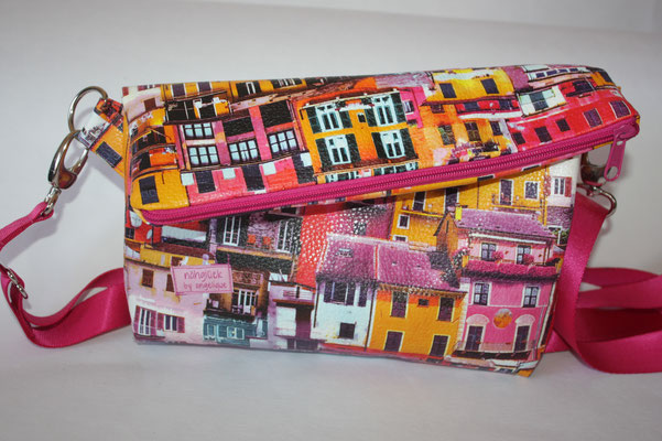 """MINI""""-Täschchen aus dem Kunstleder """"LARRY"""" - bunte Häuser mit pinkfarbenen Reissverschluss - Maße: ca 14/19 cm hoch + 5/10 cm Umschlag x 23 cm breit unten/27 cm breit oben x 3 cm tief - die Klappe wird mit einem Magnetdruckknopf fixiert"""