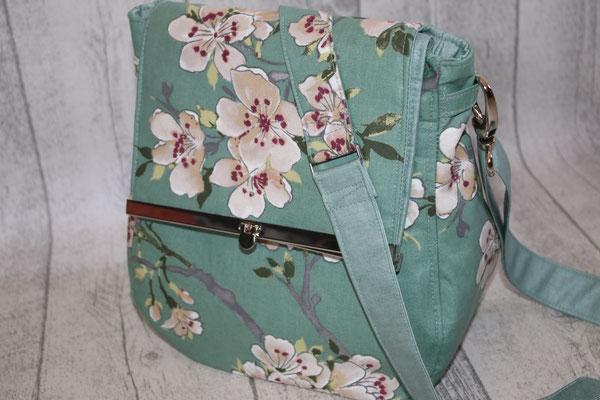 VERFÜGBAR: Tasche mit Taschenbügel in silber aus besch. Baumwolle Blüten - verte