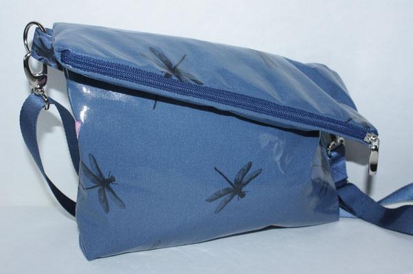 besch. Baumwolle Au Maison: Dragonfly blue Maße: ca. 23 cm breit unten / 27 cm breit unten x 25 cm hoch (ungeklappt) / 17 cm/20 cm hoch geklappt