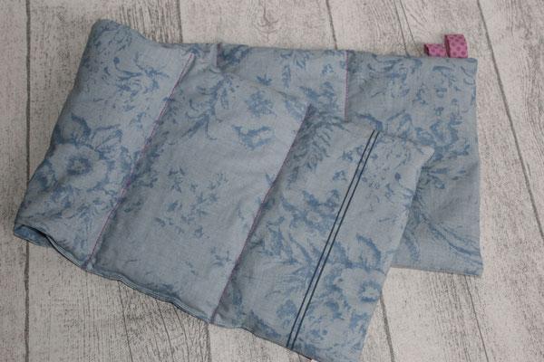 Design/Farbe: Fleur blue - Naht in fuchsia - Webband: Punkte fuchsia