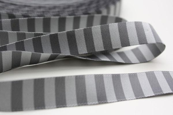 Ringelband grau/anthrazit - beidseitig verwendbar !! - Design: Farbenmix 2012 - 15 mm breit - EUR 1,20/m ...dieses von mir angefertigte Bild ;) war in der Dawana-Lovemag Winter 2013 veröffentlicht :)))))