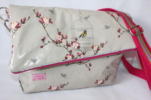 kleine/mittlerem Messengerbag: besch. Baumwolle Au Maison: Birdcage toffee mit schrägem Reissverschluss + Reflektorband .. Maße: ca. 24 cm hoch (geklappt) x 28/34 cm breit  x 6 cm tief ... BW-Gurtband pink mit Webband verziert ..