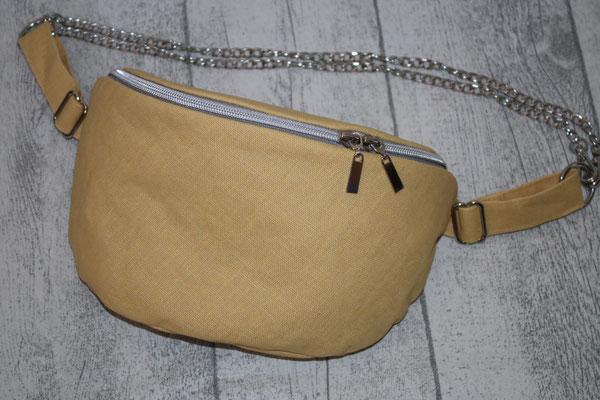 ..mit silberfarbenen Zubehör & Taschenkette