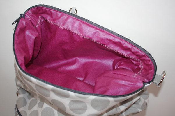 Einblick in die Haupttasche: mit besch. Baumwolle Luisa in fuchsia ausgekleidet, 2geteiltes Einsteckfach mit Reflektorband