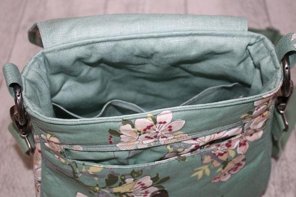 .. Innen mit besch. BW in smaragd ausgekleidet .. unterhalb der Klappe ein separates Einsteckfach