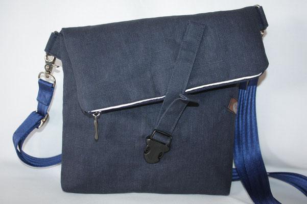 """besch. Leinen """"blau"""" - schräg gearbeitete Klappe mit Steckverschluss-Riegel - Maße: ca. 21/23 cm breit x 33 cm lang (ungeklappt) - geklappt: 24 +21 cm hoch/lang :) x 3 cm tief"""