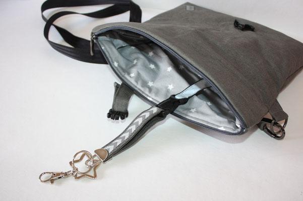 Innentasche mit Druckknopf verschließbar .. Schlüsselaufpasser mit abnehmbarem Schlüsselband