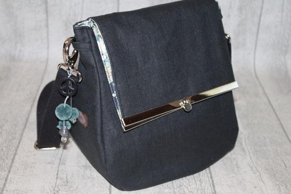 Klappe mit silberfarbenen Taschenbügel :) aus besch. Leinen in schwarz