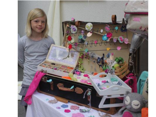 HANNAH füllte ihren Koffer mit ihren kleinen Häkelarbeiten ... Magnete, Broschen, Ringe, Ketten uvm. :)