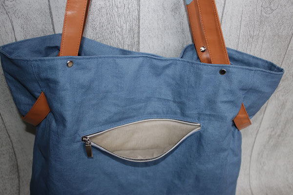dto .. hier offen  - DER BODEN der Tasche besteht aus Kunstleder und ist mit 5 Taschenfüßen in silber versehen
