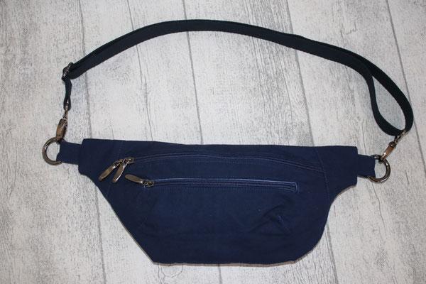 gearbeitet aus Oilskin in der Farbe blau .. Innen mit besch. Baumwolle in jeansblau ausgekleidet - Zubehör in altsilber / schwarz-silber