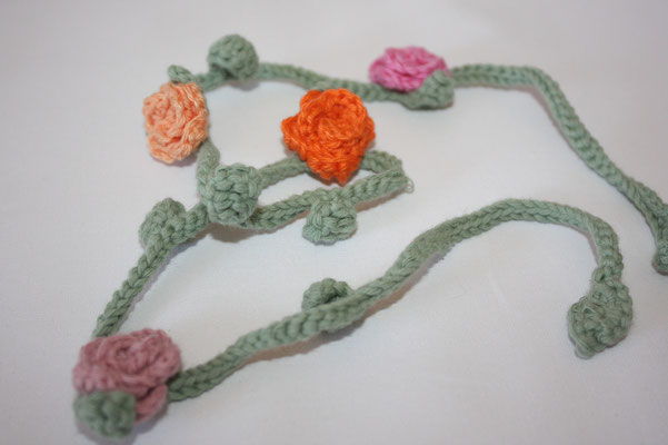 """Häkelkette zum Wickeln .. z. B. als Halskette, als Armband, als Stirnband, als Gürtel oder einfach """"so"""" zum Dekorieren :))"""