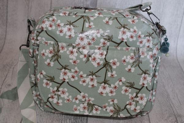 """""""MARISA"""" .. ein Schnittmuster von Farbenmix :))) sehr geräumig .. mit vorderer Klappentasche aus besch. Baumwolle von AU Maison - Design: Kirschblüte in verte .. VERFÜGBAR."""