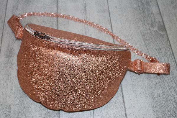 ... rosegold-farbenen Zubehör & Taschenkette