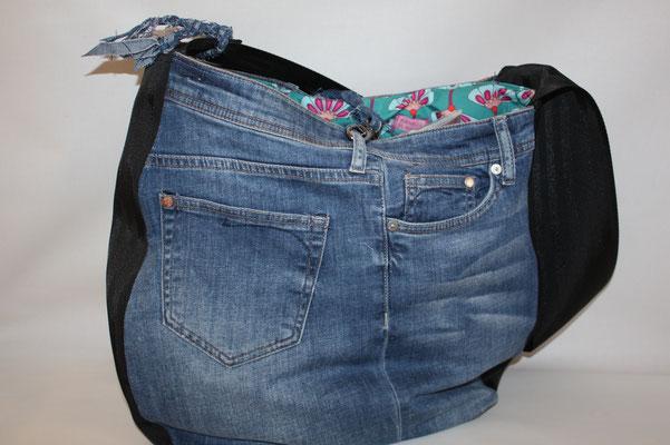 ICH WOLLTE AUCH MAL EINE ALTE JEANS RECYCELN :)))) Nein !!! :))) HIERl wollte ich das Sicherheitsgurtband in 95 mm Breite verarbeiten und fand die Kombi mit einer alten Jeans ganz nett .. Maße: ca. 42 cm hoch x 40 cm breit oben x 8 cm tief- 55SP