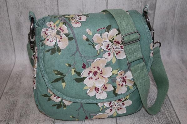 Klappentasche aus besch. Baumwolle in grün mit Blumen-Design
