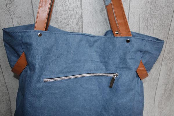 vorne eine Reißverschluss-Tasche