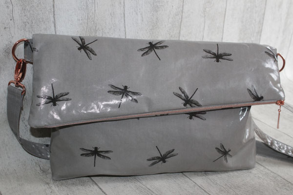 Umschlagtasche: besch. Baumwolle Dragonfly grey - Maße: ca. 24 cm hoch + 10/14 cm Umschlag x 36 cm breit unten x 5 cm tief