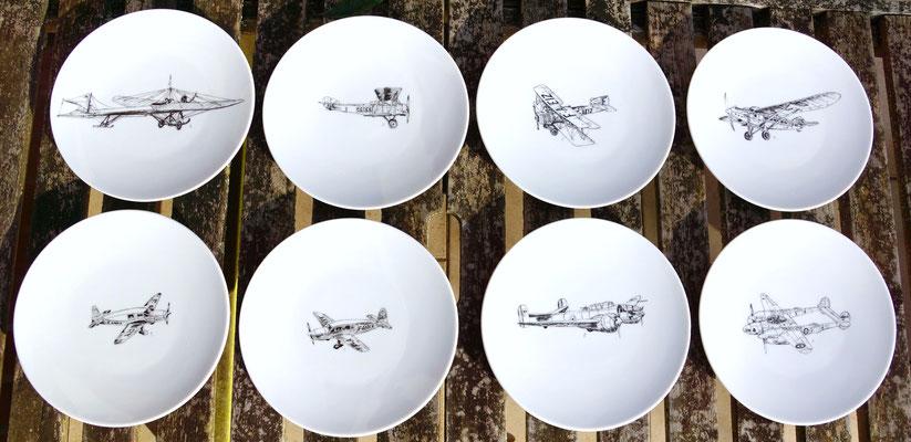 ANTOINE DE SAINT-EXUPERY une série de huit assiettes à dessert exposée aux Flâneries d'Automne qui vous invitent à prendre l'envol pour la conquête de l'espace !
