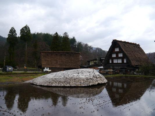 Shirakawagō - uns es liegt sogar noch Schnee!
