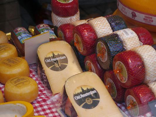 Wir (Kasimir, Cäsar und Fredi) bestaunen den Amsterdamer Käse.