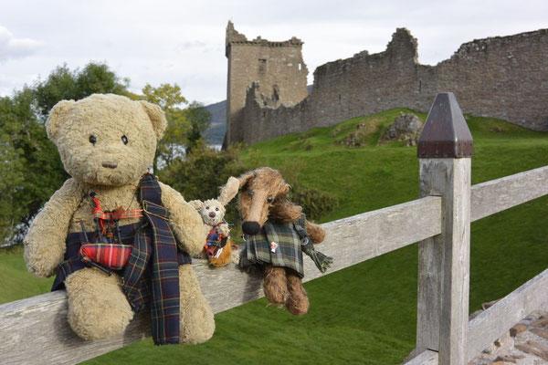 Kasimir, Cäsar und Fredi vor dem Urquhart Castle am Loch Ness
