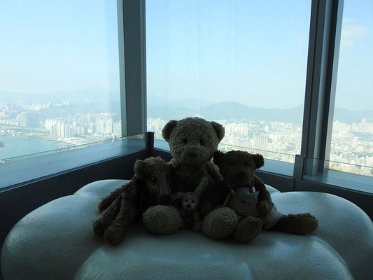 wir vor der Skyline HongKongs