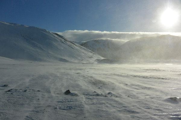 statt Wüstensand fegender Schnee