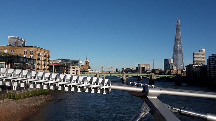 Blick auf die Tower Bridge von der Millenium Bridge aus