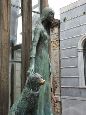 Liliana Crociati de Szaszak, durch eine Lawine getötet auf ihrer Hochzeitsreise in Innsbruck, mit ihrem Hund Sabú