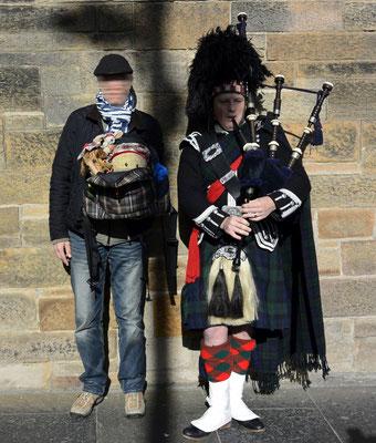 Kasimir, Cäsar und Fredi mit einem Bagpiper in Edinburgh, Schottland