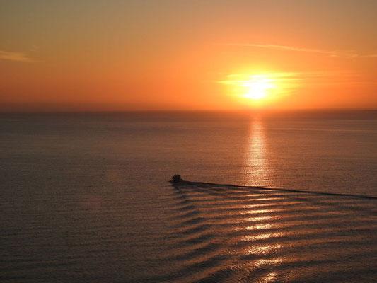 wir nähern uns Puerto Madryn bei Sonnenaufgang