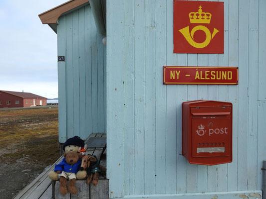wir, Kasimir - Cäsar - Fredi und Kerl, vor der Post Ny Ålesunds