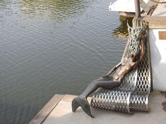 """Skulptur """"Undinėlė"""" (""""Meerjungfrau"""")  von Klaudijus Pūdymas an der Börsenbrücke"""