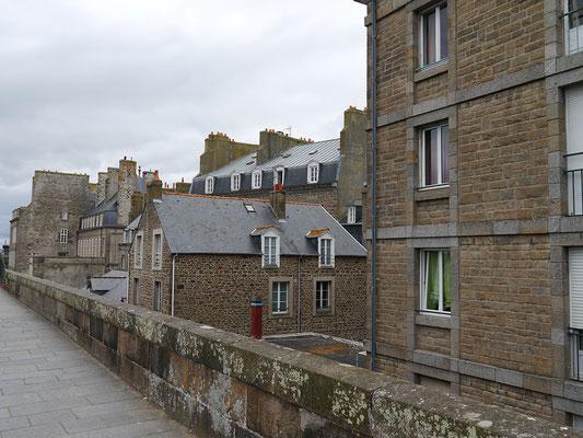 Blick auf die Stadtmauer St. Malos