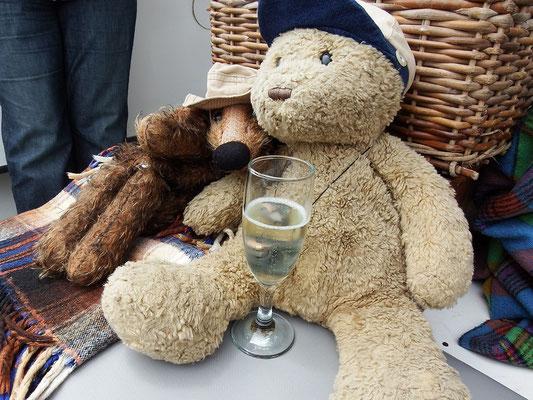 ...die wir gebührend mit einem Glas Champagner verspeisen.