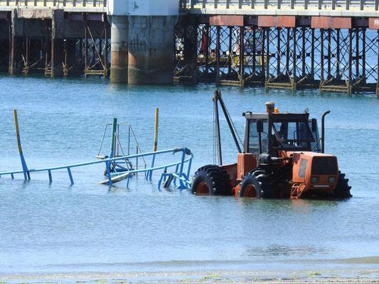 Oha, unser Boot wird mit einem Traktor zu Wasser gelassen.