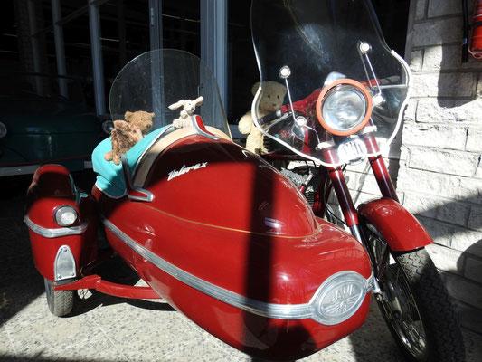"""Brmmm! """"Chefe"""" Kasimir mit Cäsar, Fredi und Kerl im Beiwagen eines Oldtimer-Motorrades."""