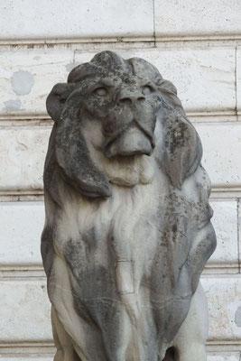 Löwentor, Burgpalast