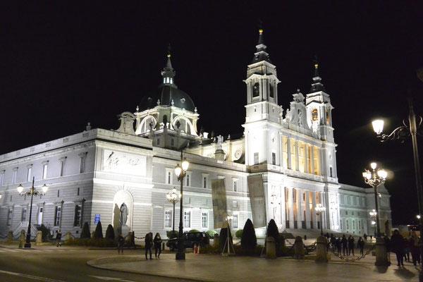 Santa María la Real de La Almudena in der Nacht