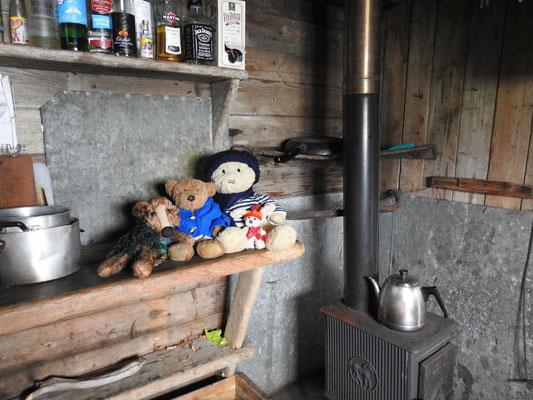 Wir, Kasimir - Cäsar - Fredi und Kerl, am wärmenden Ofen, der zugleich als Herd dient.