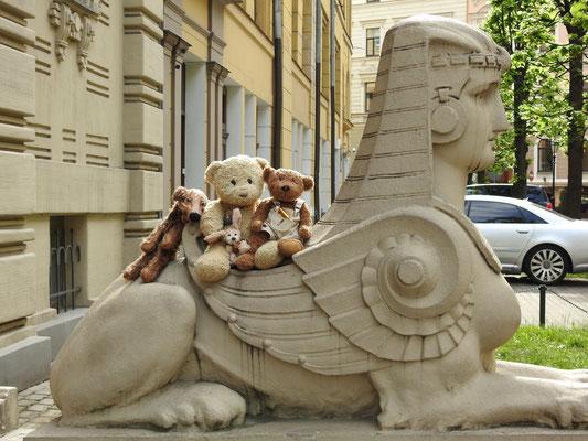 Yep! Wir auf einem Sphinx wie schon in Budapest und in Ägypten natürlich.