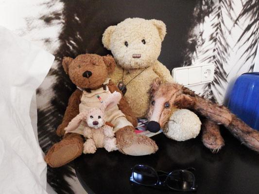 Kasimir, Cäsar, Fredi und Kerl in ihrem Hotelzimmer